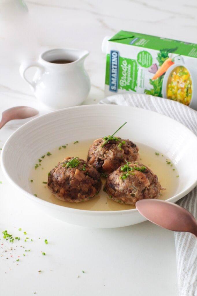 I canederli ai funghi sono una ricetta facile e davvero gustosa, pronta in poco tempo grazie a ingredienti da dispensa e al brodo pronto.