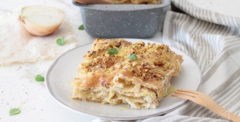 Le lasagne veg sono un primo piatto leggero e goloso senza proteine animali con solo ingredienti da dispensa. Sono veloci e facilissime da preparare.