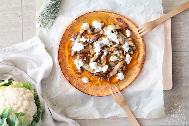La pizza di cavolfiore è una ricetta davvero pazzesca, la base è fatta di cavolfiore, senza farina, è croccante e gustosa..